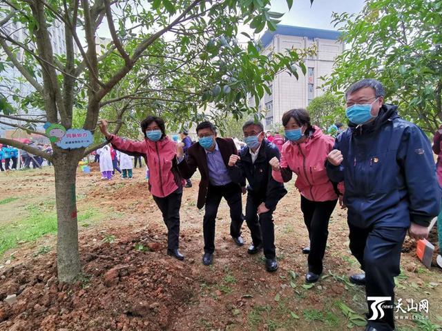 """新疆第一批支援湖北医疗队与当地医疗队携手种下""""感恩树"""""""