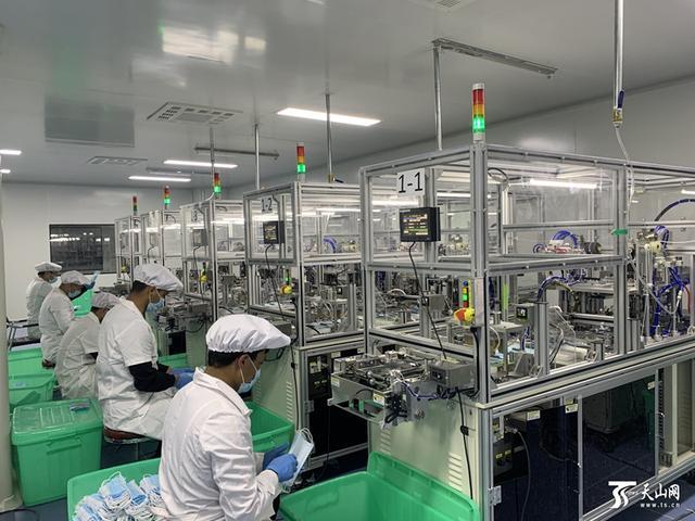 """新疆已有35家企业生产医用口罩等防护物资 口罩生产跑出""""加速度"""""""