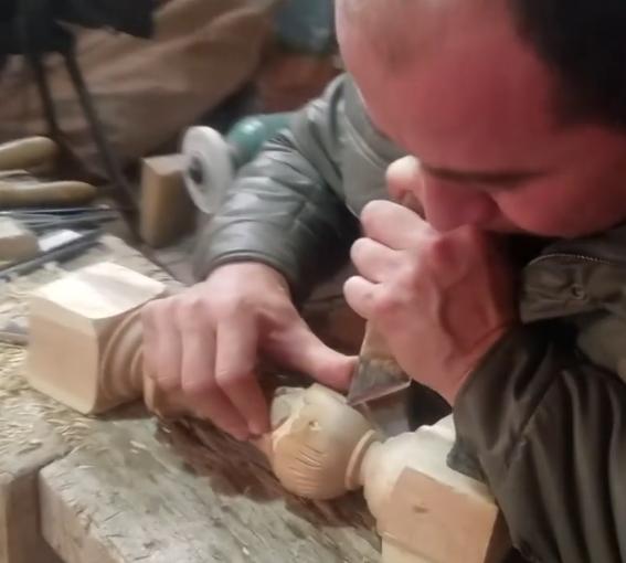 结业学员毕业后当了个手工艺人,看他做的雕花多好看
