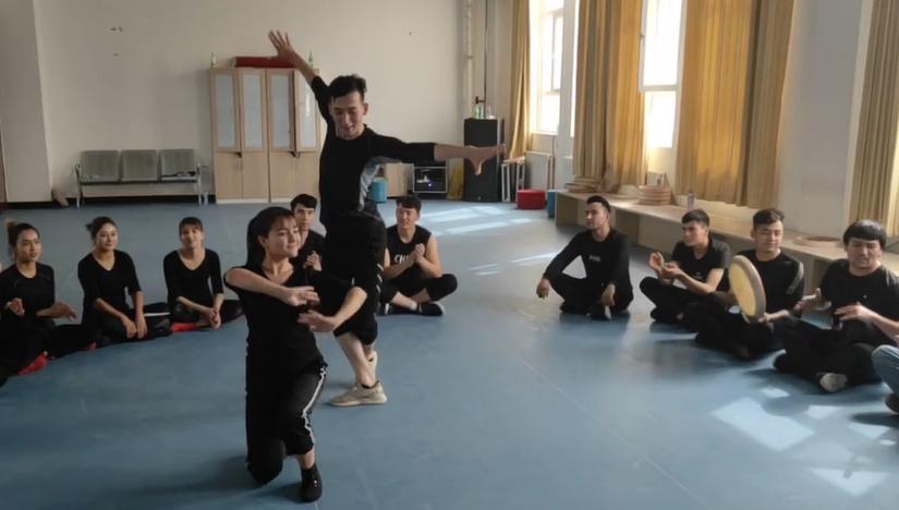 排练完了后同事们一起跳舞。