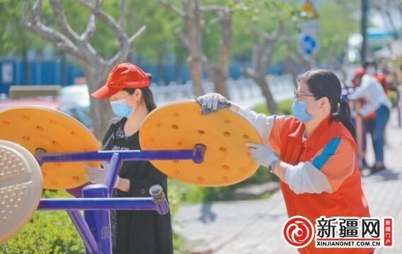 """爱国卫生大扫除 干净清爽迎""""五一"""""""