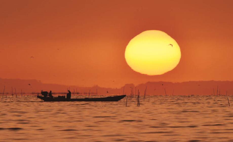 新疆博斯騰湖日出美如畫