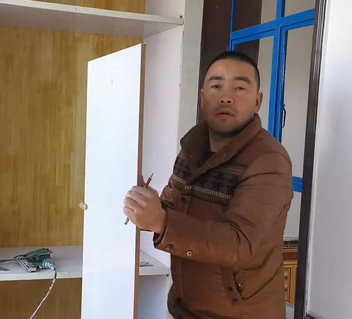 克依木在介绍自己房子的布局