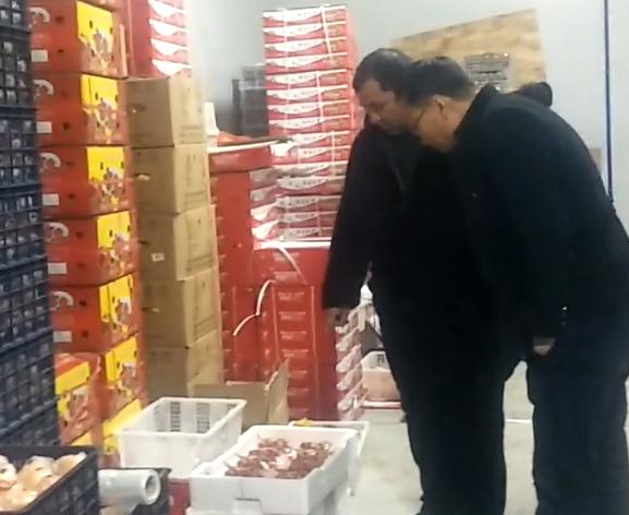 卡哈尔江·库万尼亚孜在做水果批发生意,每天生意不错,非常满意现在的生活