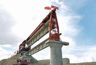 新疆阿富准铁路喀腊塑克水库特大桥开始铺架