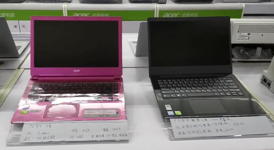 阿布拉在介绍各种电脑的价格和区别