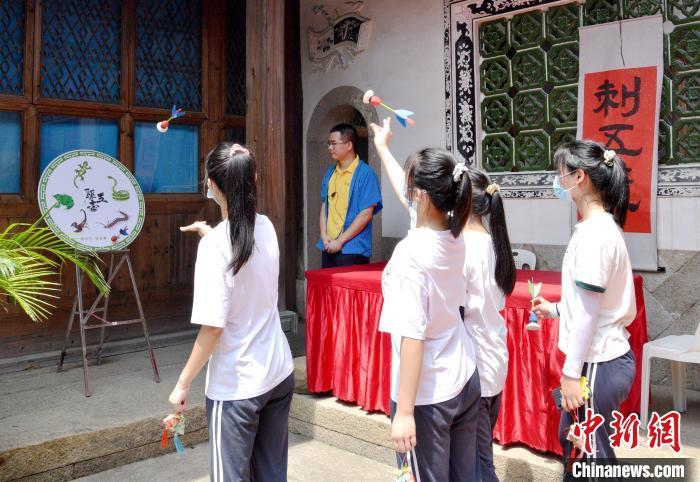 福州新华职业学校的学生们体验了传统端午民俗刺五毒。 林宇翔 摄