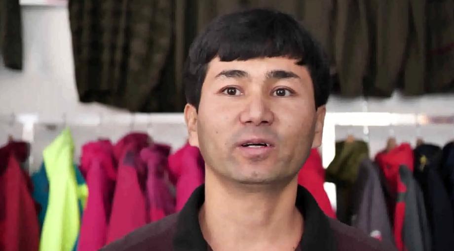 艾则孜在服装店工作,因为国语好,所以接待顾客非常方便