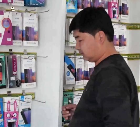 比拉力开了一家手机店,现在生意很不错