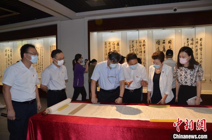 广东省红色家风书画展开幕百米长卷亮相