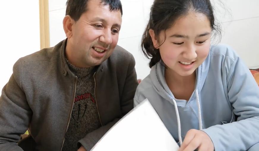 努尔艾合买提跟女儿谈谈自己的学习情况