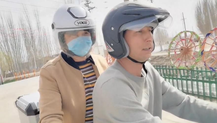 艾合买提·阿卜杜克热木边骑摩托车边介绍自己的经验