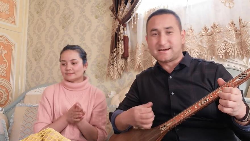 阿布都瓦力与妻子一起家唱歌