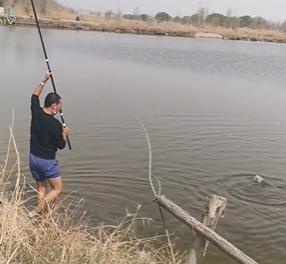 跟朋友们一起钓鱼。