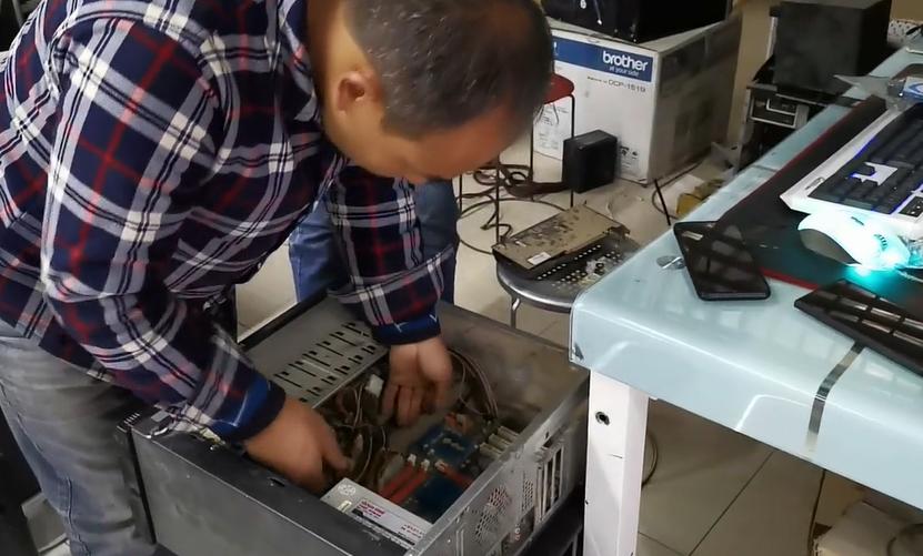阿布拉在给客户修电脑