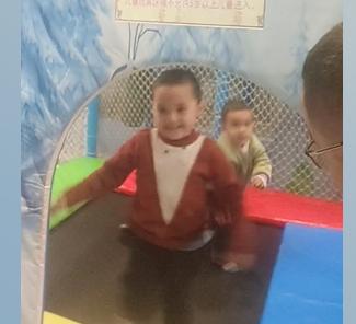 和儿子到游乐场玩耍,儿子很开心