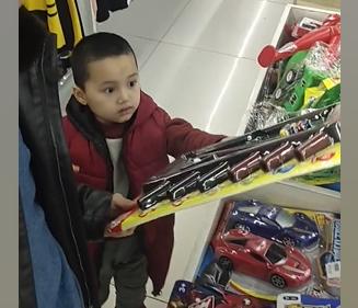 和老婆带着儿子到市场逛一逛,小家伙开心的很
