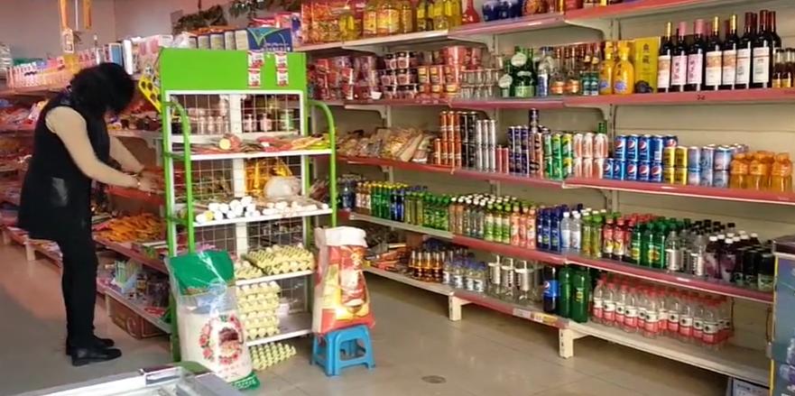 再乃普自己开了一家超市,生意很好,她正在检查货品