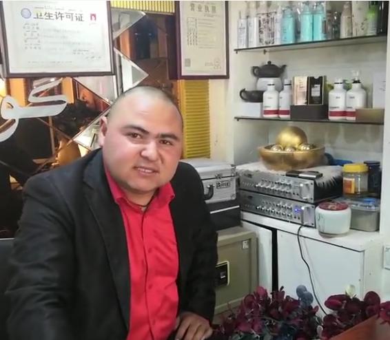 库尔班江在美丽世界美容美发店上班