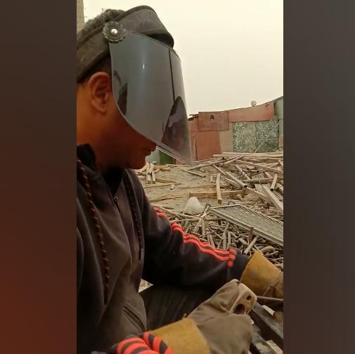 吐尔洪在工地当电焊工,每月收入4500元左右