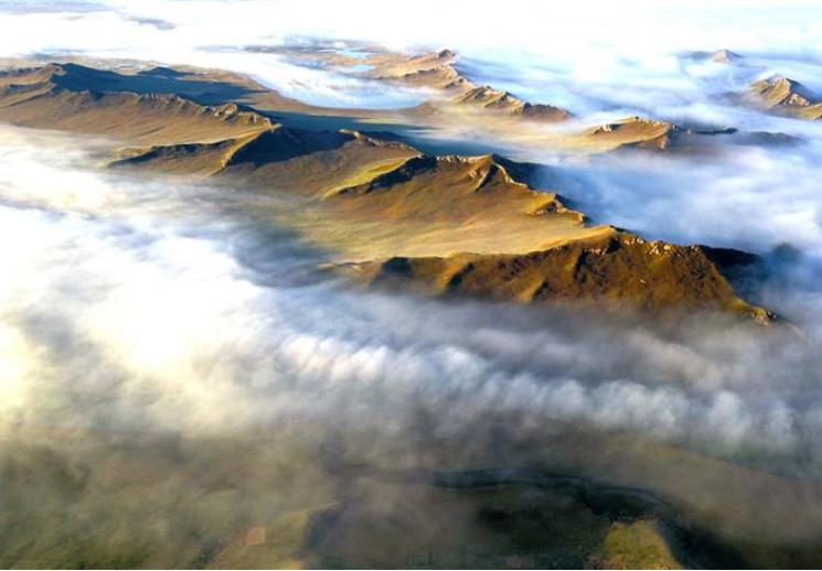 巴音布鲁克天鹅湖上空出现平流云奇观
