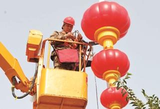 库尔勒:悬挂灯笼 喜迎国庆