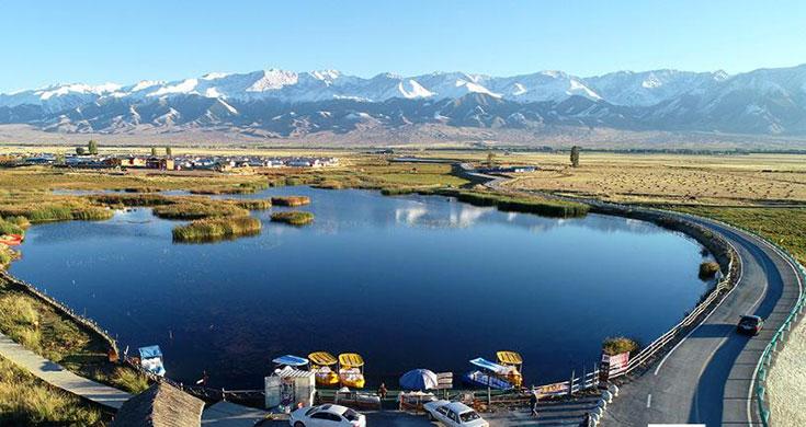 巴里坤县高家湖湿地美景吸引游客