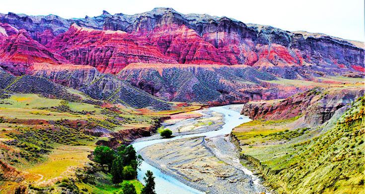 新疆昌吉:三屯河峡谷似艾德莱斯绸般色彩绚丽