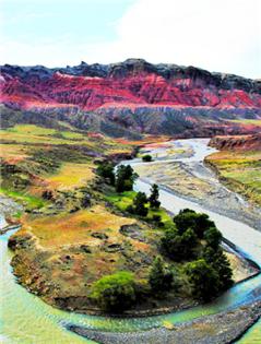 三屯河峡谷似艾德莱斯绸般色彩绚丽