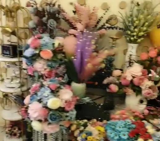 今天来逛花店了,看看这里有很多漂亮花