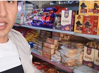 【明天更美好】阿布都热依木在介绍超市里各种饼干和方便食品