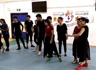 舞者们正在练舞