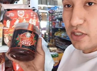 【明天更美好】阿布都热依木的超市里有很多小朋友喜欢吃的糖果和食品