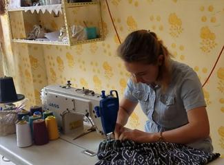 【明天更美好】看看我们的制衣小能手,经过她手的布料会变得很好看