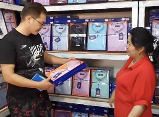 【明天更美好】阿力木江在给伴郎团买衬衣