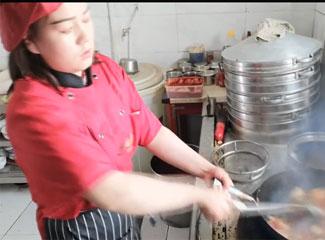 【明天更美好】阿孜古丽的食堂大师傅正在烧制手工拉面菜