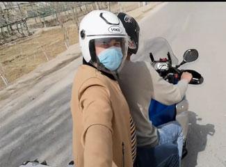 【明天更美好】艾合买提·阿卜杜克热木边骑摩托车边中介绍自己的经验