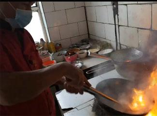 阿布都外力·艾力烧制民族传统拉面菜