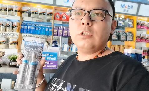 【明天更美好】瓦哈甫在介绍店里的自动升举器和刮痕修补液