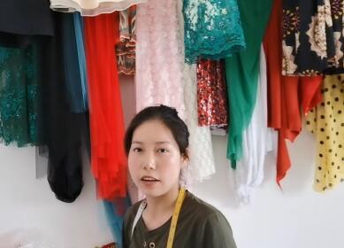 【明天更美好】热依汗古丽在介绍收腰的裙子怎么制作
