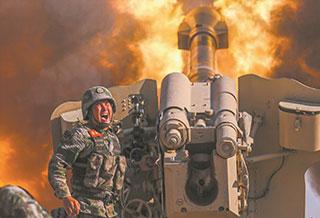 新疆军区某火力团开展实装实弹演习