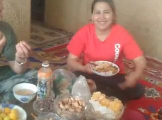 今天是周末,哈斯亚提和家人一起吃吃饭