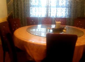 巴哈依丁的餐厅有两个大包厢