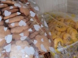 艾麦尔介绍冰柜里面的调料和饼干