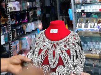 阿力木江给大家介绍精品店里的晚礼服装饰品