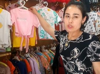 沙阿达提介绍她家店里的T恤