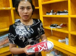 沙阿达提店里的帆布鞋35元一双