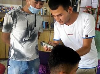 麦尔丹新招了徒弟,他耐心的教着徒弟理发
