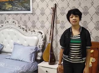 祖然木古丽介绍自己家的民宿房间设施