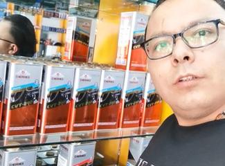 瓦哈甫在介绍自己店里的自动变速箱油的种类